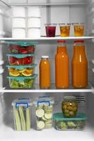 la disposición de la comida sana en la nevera. foto
