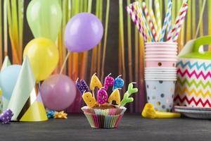 cupcakes de fiesta de cumpleaños con velas foto