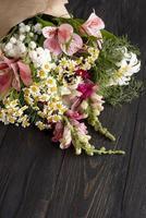 vista superior ramo de flores con regalo foto