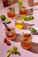 Tabla de surtido de bebidas michelada picante foto