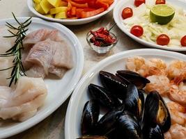 ingredientes para una cataplana de mariscos portuguesa foto