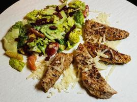 Ensalada César tradicional con pollo a la parrilla foto