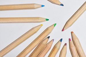 Pequeños lápices de colores sobre un fondo blanco. foto