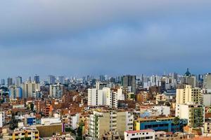 rascacielos y muchas casas en la ciudad de lima en perú foto