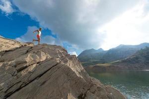 mujer skyrunning entrenando en la montaña foto