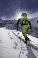 pieles de foca debajo de los esquís para ir cuesta arriba foto