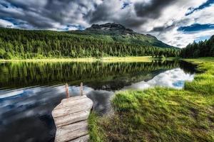 pequeño muelle en el lago de montaña foto