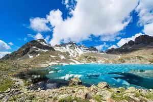 pequeño lago alpino de color con el último hielo foto