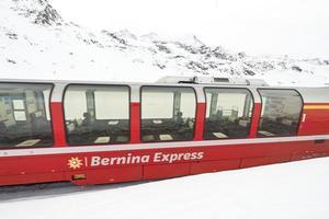 Bernina Express pase de tren rojo en la nieve. foto