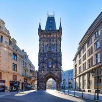 acceso de la torre de la pólvora a la ciudad vieja de praga foto