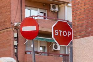 señales de tráfico en la ciudad foto