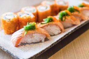 sushi de salmón y maki de salmón - comida japonesa foto