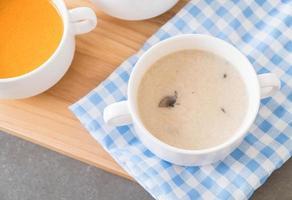 tazón de sopa de champiñones foto