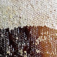 gota de miel de abeja goteo de panales hexagonales llenos foto