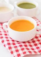tazón de sopa de zanahoria foto