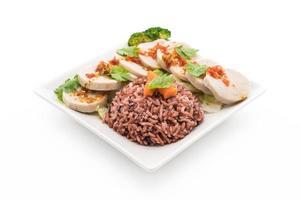 salchicha de cerdo en conserva y salsa picante con arroz de bayas - comida limpia foto