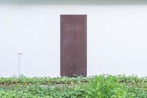 puerta con fondo de pared vacía foto