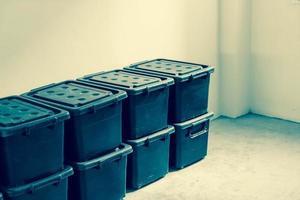 caja de almacenamiento de plástico en la habitación - filtro de efecto vintage foto