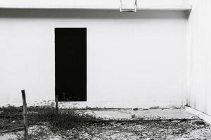 Puerta vacía de casa abandonada - filtro de efecto vintage foto