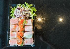 rollo de ensalada de verduras con ensalada foto