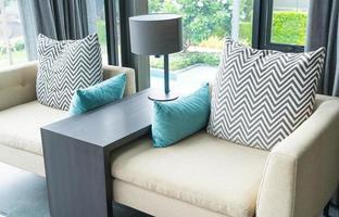 Almohada en el interior de la decoración del sofá foto