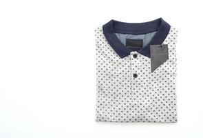 Camiseta camiseta doblada sobre fondo blanco. foto