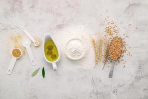 Los ingredientes para la masa de pizza casera sobre fondo de hormigón blanco foto