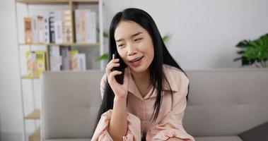 Frau telefoniert video