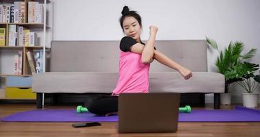 dame en forme s'échauffant pour faire de l'exercice à la maison video