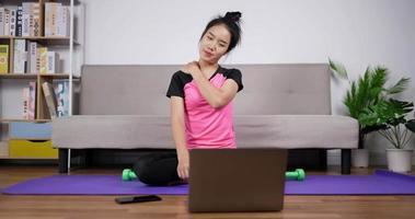 dame en forme se préparant à faire de l'exercice à la maison video