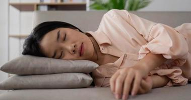 femme asiatique se penchant sur un oreiller video