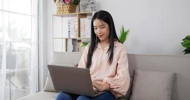 femme travaillant sur un ordinateur portable video
