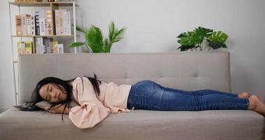 femme allongée sur un canapé pour dormir video
