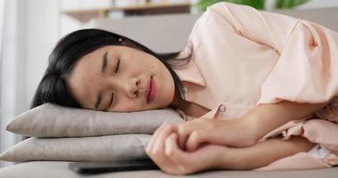 femme asiatique allongée sur un oreiller video