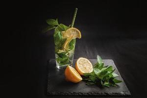 ingredientes para el cóctel de cítricos de verano mojito con limón y menta. foto