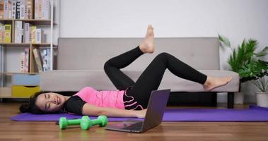ejercicio de mujer con entrenador video