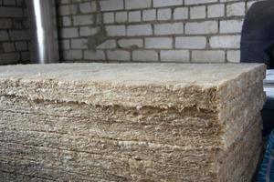 aislamiento de la construcción. lana de roca para aislar las paredes foto