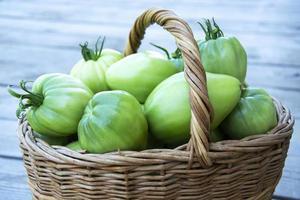 verduras en un primer plano de la cesta. una canasta de mimbre con tomates foto