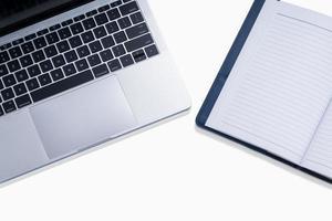 Computadora portátil con espacio para libros y copia para objeto comercial foto