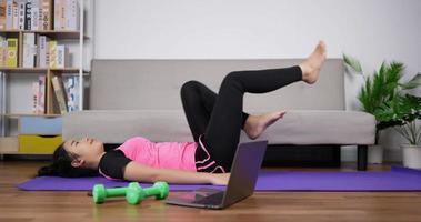 mujer haciendo ejercicio con un entrenador en línea video