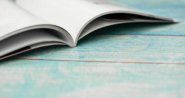 apilar revistas en la mesa de madera foto