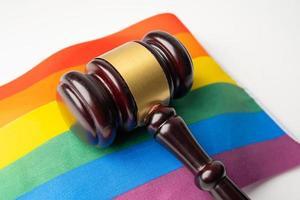 martillo para juez abogado en la bandera del arco iris foto