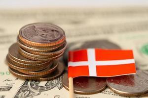 pila de monedas con la bandera de Suiza sobre fondo de dólar estadounidense. foto