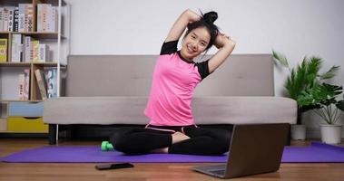 femme en forme se préparant à faire de l'exercice video
