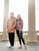 pareja joven o amigos parados juntos al aire libre en el parque foto