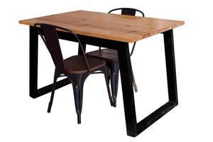 Mesa de madera moderna con patas de acero y silla aislada foto