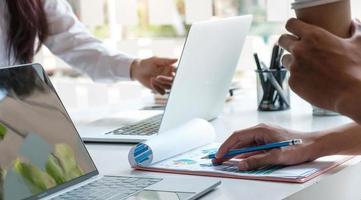 empresarios con planificación de compañeros de trabajo analizando documento financiero foto
