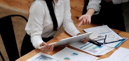 reunión de asesores de negocios asiáticos para analizar y discutir foto