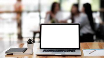 Ordenador portátil con pantalla en blanco en blanco poniendo el moderno foto