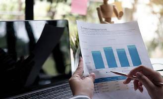 mujeres de negocios revisando datos en cuadros y gráficos financieros foto